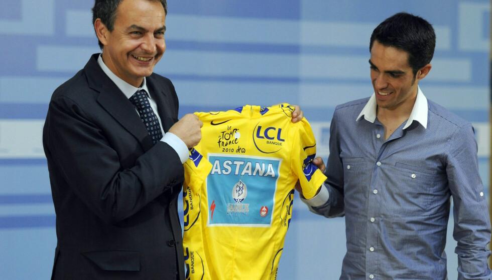 GODE KAMERATER: Spanias daværende statsminister Jose Luis Rodriguez Zapatero og sykkelheten Alberto Contador var gode kompiser. Det influerte på det spanske rettsoppgjøret med Contador, og er et tegn på at kombinasjonen partipolitikk og dopingkamp neppe er den mest troverdige. FOTO: AFP / Dominique Faget.
