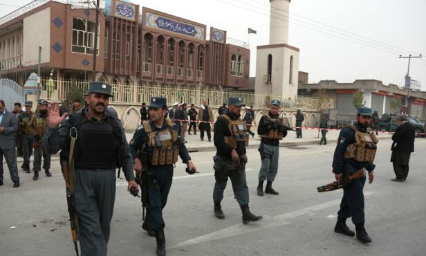 SJIAER RAMMET: Selvmordsbomberen rammet sjiamuslimene midt i morgenbønnen. Her er afghanske sikkerhetsstyrker utenfor moskeen i går. Foto: Xinhua / Sipa USA / NTB Scanpix