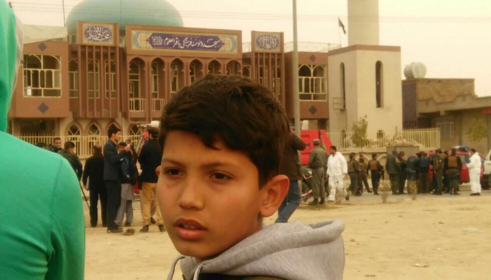 DRAMATISK: 13 år gamle Alireza, familien Fahradis eldste sønn, foran moskeen etter angrepet. Foto: Privat