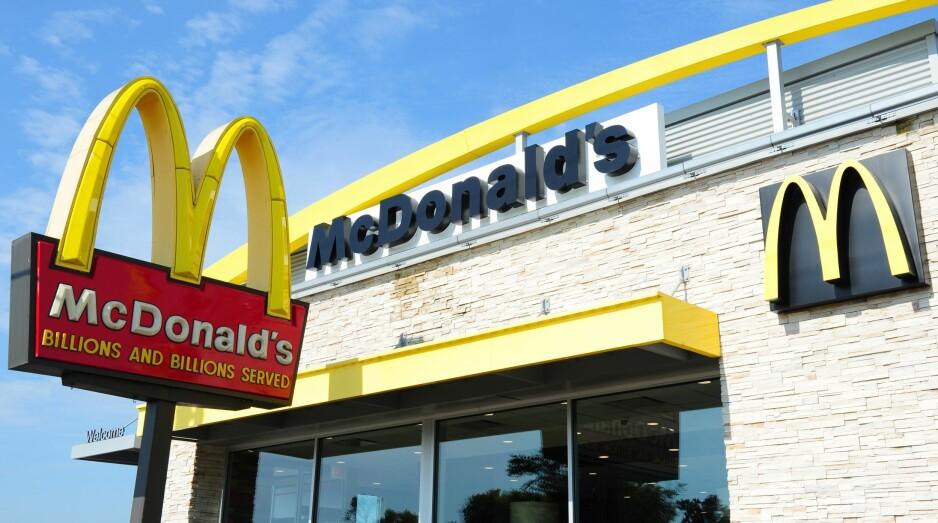 <strong>NYTT HJEM:</strong> Kvinnen har fått tilbud om billett til hjemstedet sitt, men nekter å forlate McDonalds. Bildet er fra en annen McDonald's-restaurant. &nbsp;Foto: Karen Bleier / AFP / NTB Scanpix