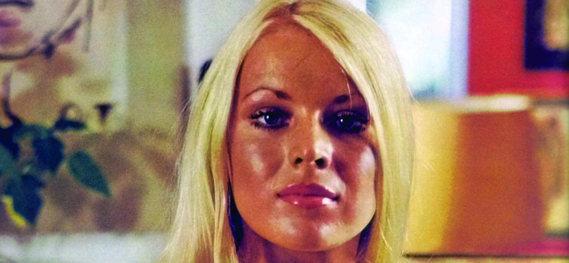 OFFER: Playboy-piken Eve Stratford blir funnet død i sitt hjem av kjæresten Tony Priest og en annen beboer. Hun er bakbundet med en strømpe og et morgenkåebetle. En annen nylonstrømpe er bundet rundt ankelen hennes. Hodet er nesten helt skåret av. Det var ingen spor etter innbrudd.