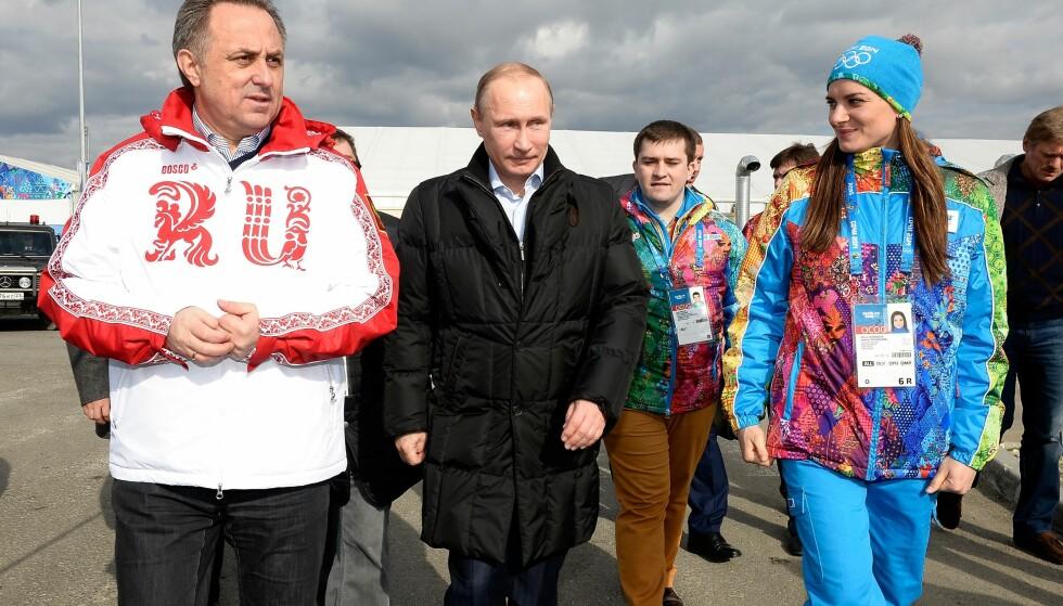TOPPMANN: Vitalij Mutko, til venstre, var vert for Vladimir Putin i Sotsji-OL. Mutko skal ha organisert et statlig dopingprogram for å lykkes i mesterskapet. Foto: Pascal Le Segretain/ AP/ NTB Scanpix