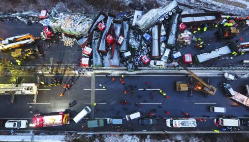 56 BILER: Mange var involvert i monsterkollisjonen som kostet 17 mennesker livet. Ifølge WHO døde 250 000 mennesker på kinesiske veier bare i 2013. Foto: Zhan Yan/Xinhua