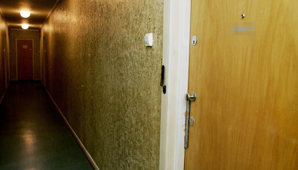 DØR ALENE: Bak denne døra lå en 86 år gammel kvinne død på sofaen i sju måneder før hun ble funnet. Først da husleia uteble, banket det på døra. Foto: Jeanette Landfald/Dagbladet.
