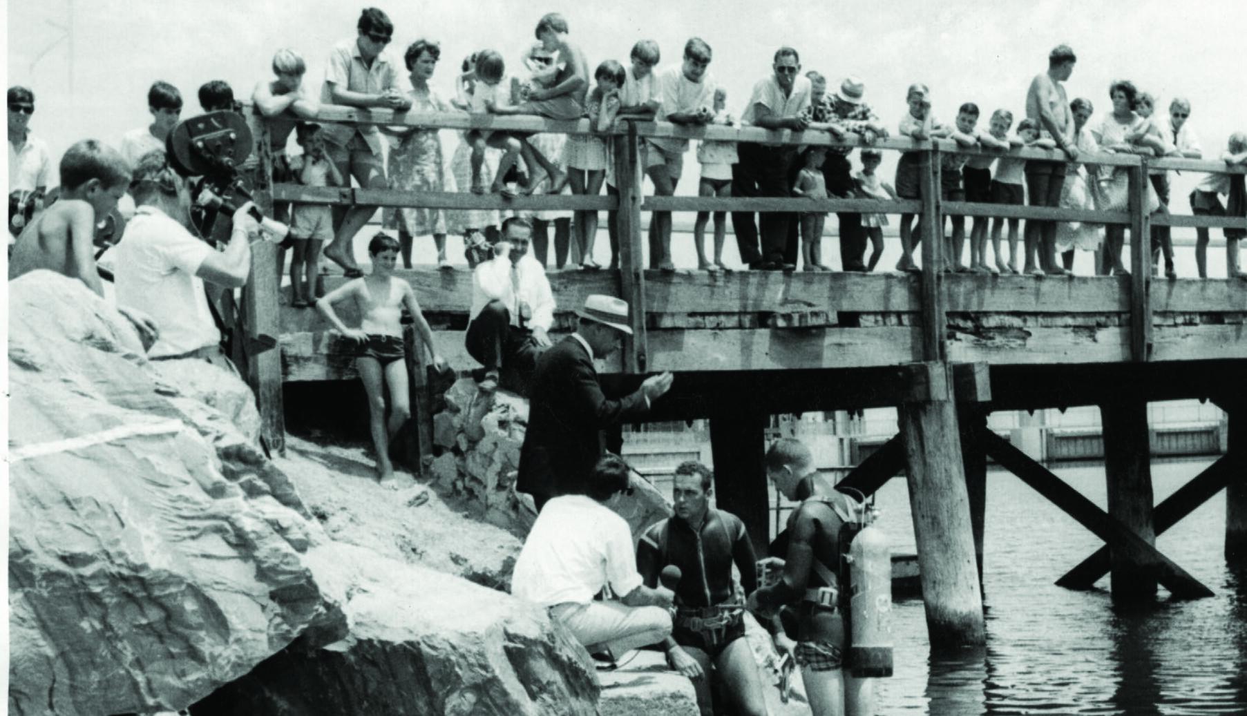 LETTE I ÅREVIS: Tilskuere ser på mens politiets dykkere søker i elvemunningen etter spor av Beaufort-barna.