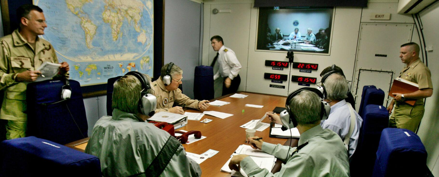 «DOMMEDAGSFLYET»:Dette flyet skal sikre USAs president og øverste ledelse under et dommedagsscenario. Bildet viser tidligere forsvarsminister Donald H. Rumsfeld (til venstre med ryggen til) under en telekonferanse med Pentagon, der han diskuterte situasjonen i Irak i 2004. Foto: David Hume Kennerly/AP/NTB Scanpix