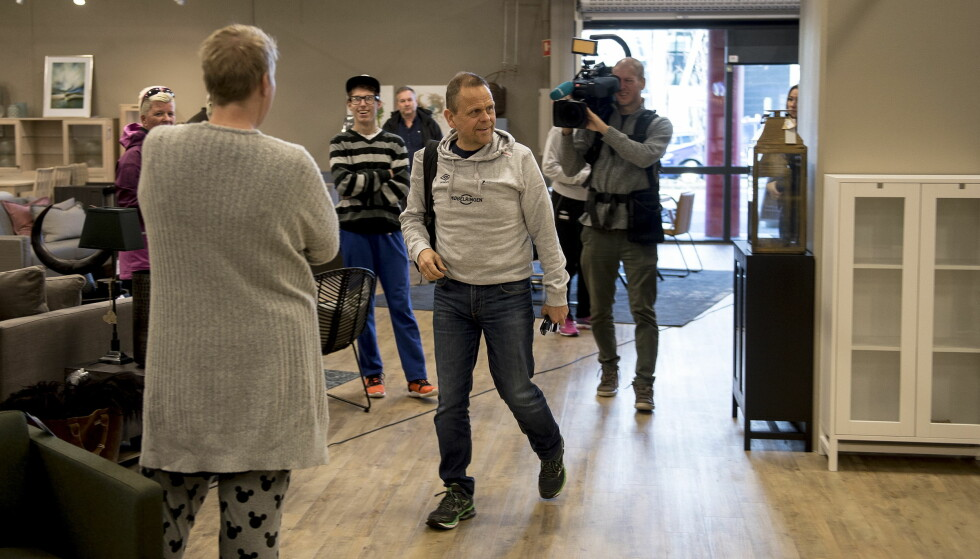 PÅ PRESSETREFF: Thorir Hergeirsson ankommer pressetreff med håndballjentene i forkant av Møbelringen cup i Stavanger. Foto: NTB Scanpix