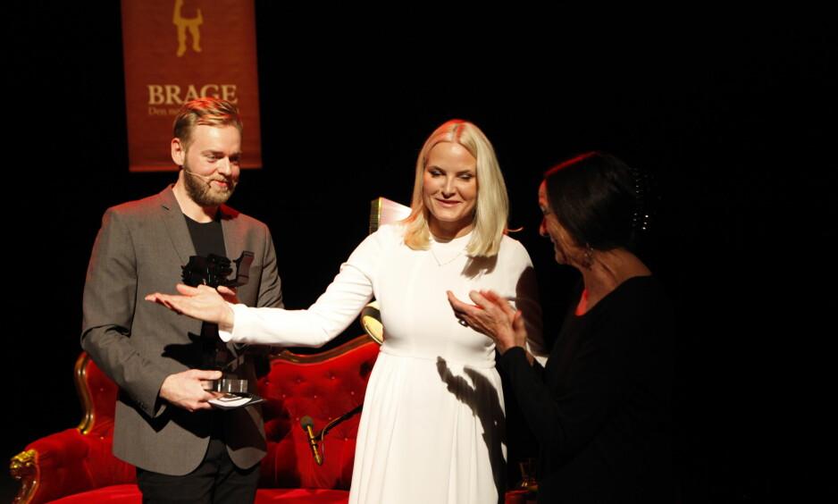 Kronprinsesse Mette-Marit annonnserte og tok imot kveldens hoveprisvinner, Elisabeth Aasen. - Tusen tusen takk til alle. Kjærligheten til bøkene er fundamental, sa hun bl.a. i takketalen. Til venstre kveldens konferansier Tore Sagen.