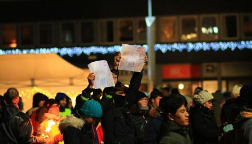 MARKERING I LOFOTEN: Innbyggere fra flere steder i Lofoten møtte opp for å protestere mot norsk asylpolitikk - og for å prøve og få de sju afghanerne som nå er sendt til Trandum tilbake. Foto: Peder Pedersen