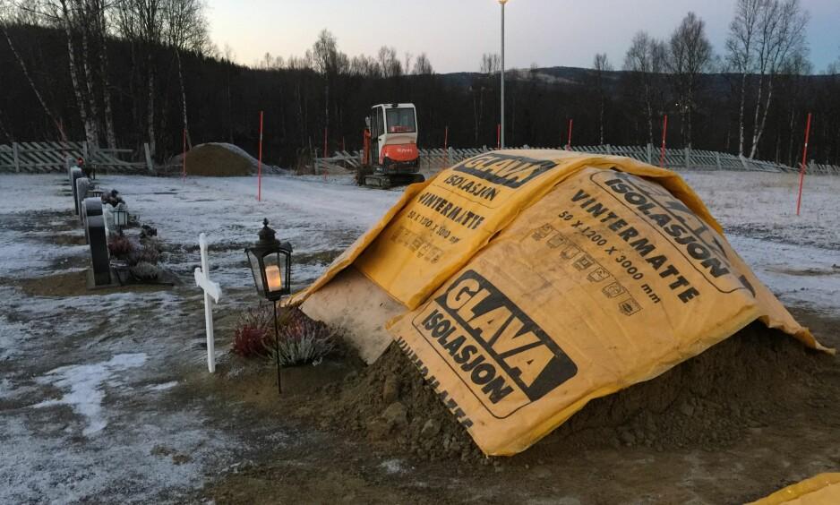 JORD OG ISOLASJON: Slik så graven til faren til Heidi Gjenga ut i starten av november: - Det er mye plass rundt. Likevel skyldte de på plassmangel, forteller datteren. Foto: Privat