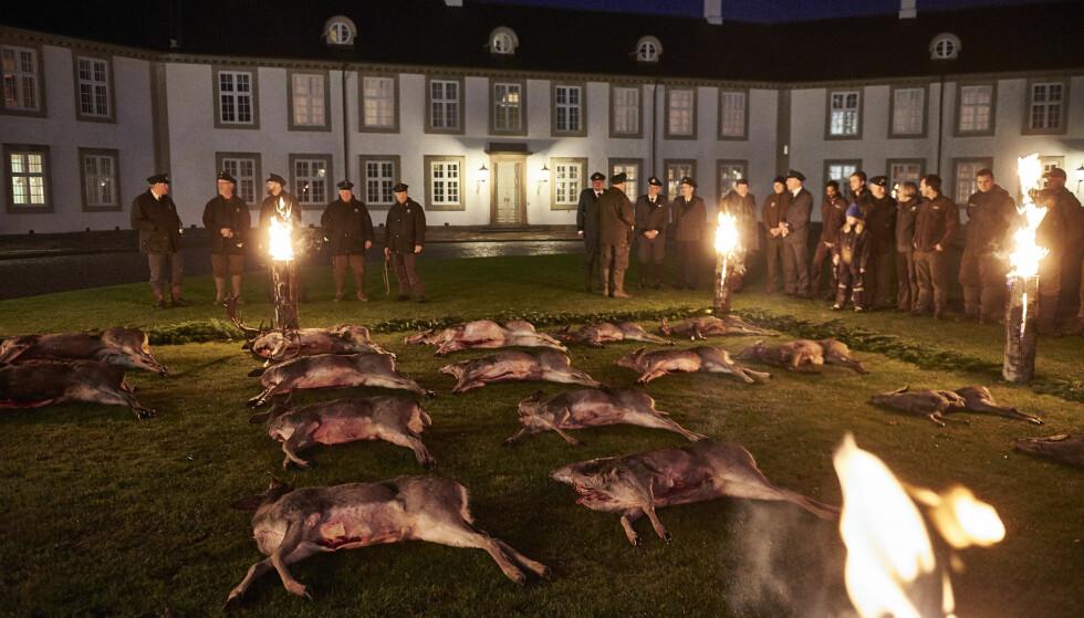 GAMMEL TRADISJON: Årets fangst fra den kongelige høstjakta vises fram utenfor Fredensborg slott tidligere i uka. Det har fått mange til å reagere. Foto: NTB Scanpix
