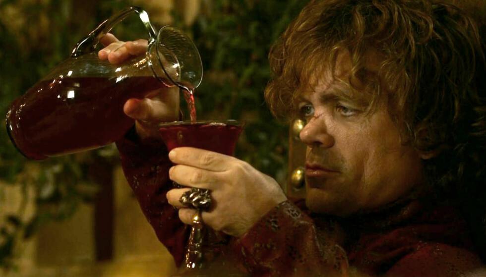 DRIKKFELDIG: Tyrion Lannister i Game of Thrones er glad i vin. Karakteren spilles av Peter Dinklage. Foto: HBO