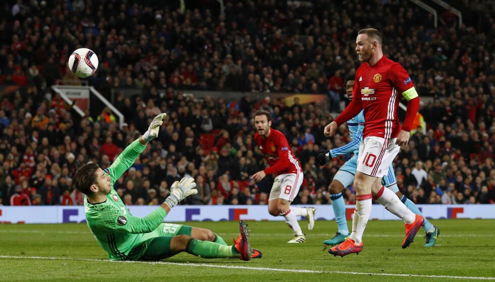 FREKK SCORING: Wayne Rooney lobbet enkelt inn 1-0 for Manchester United kort tid før pause mot Feyenoord. Foto: Scanpix