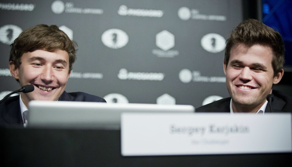 EKTEFELLEN TILBAKE: Den russiske utfordreren, Sergej Karjakin (t.v), fikk kona sin, Galiya Karjakina, tilbake til mesterskapsbyen torsdag. Her er han sammen med den regjerende verdensmesteren Magnus Carlsen. Foto: Pontus Höök / NTB scanpix