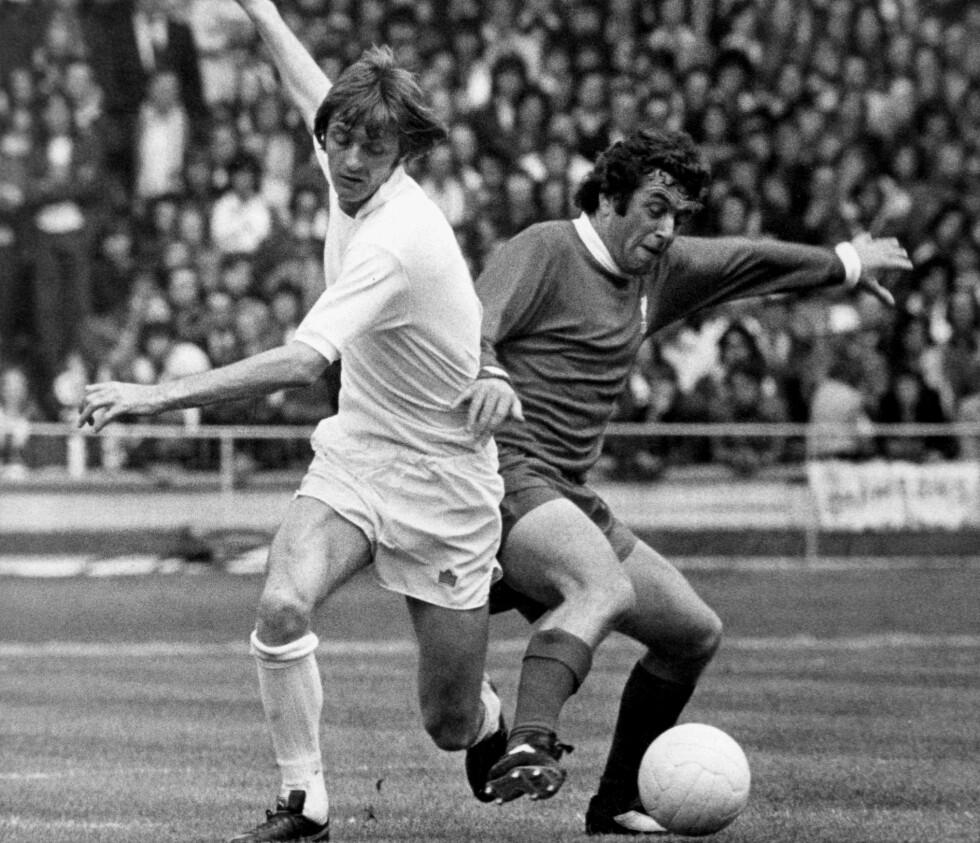 EN FAIR KRIGER: Ian Callaghan er en av de mest oppofrende og fairspillende fotballspillere gjennom alle tider. Her vinner han ballen fra Allan Clarke i Charity Shield-kampen i 1974. Foto: NTB Scanpix