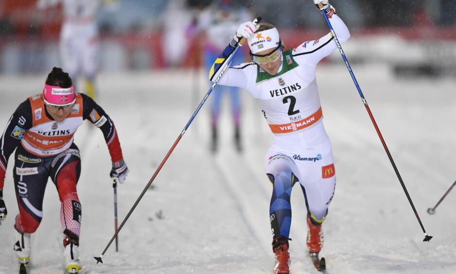 SVENSK SEIER: Stina Nilsson stakk av med seieren i Kuusamo foran norske Maiken Caspersen Falla. Foto: Anders WIklund / TT / NTB Scanpix