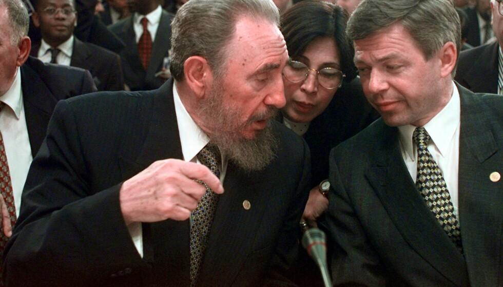 MØTTE CASTRO: Tidligere statsminister Kjell Magne Bondevik møtte Fidel Castro i 1998. Bondevik fortalte om norsk bistandspolitikk. Castro ble så begeistret at han neste dag kom med en kasse sigarer til Bondevik. Foto: Scott Applewhite / AP / NTB Scanpix