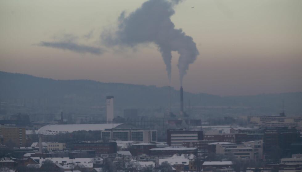 LUFT: Kuldegrader og lite vind betyr svært høy luftforurensning. Årlig dør 1600 nordmenn for tidlig på grunn av luftforurensning. Foto: NTB Scanpix