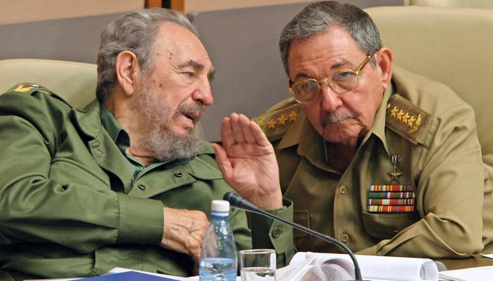 REVOLUSJONENS BRØDRE: Lederen av den cubanske revolusjonen og landets leder fra 1959 til 2006, Fidel Castro, døde fredag kveld cubansk tid. Raúl som overtok styringen av landet da Fidel ble alvorlig syk for ti år siden, sto sammen med USAs president Barack Obama sammen om en historisk normalisering mellom landene. Fra januar er det Donald Trump som enten skal fortsette - eller bryte og reversere - denne prosessen. Bildet er fra 2003 da Fidel fortsatt styrte Cuba med hard hånd, mens raúl var forsvarsminister.Foto: Adalberto Roque/AFP