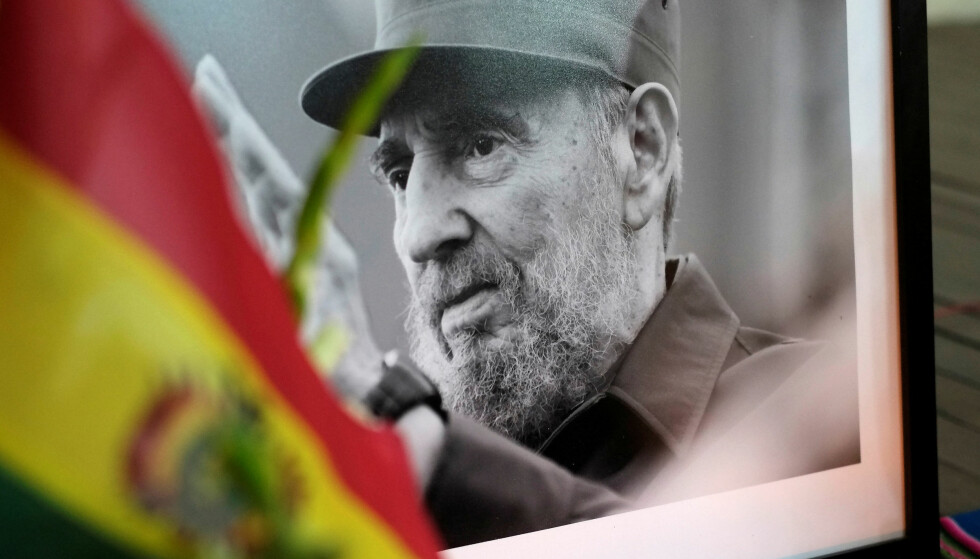 DØD: En person holder opp et bilde av Cubas tidligere president Fidel Castro på en minneseremoni i La Paz i Bolivia. Foto: David Mercado / Reuters NTB scanpix