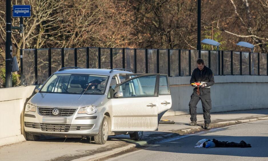ETTERFORSKER: Politiets teknikere jobber på bilen til mannen som døde etter skuddveksling med politiet i Kristiansand natt til søndag. Foto: Tor Erik Schrøder / NTB scanpix