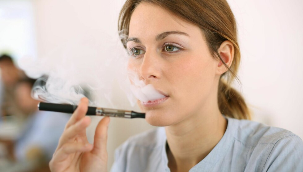 KULT? Sigarettsalget synker, så tobakksselskaper satser også på e-sigaretter og påstår de er mer effektive til røykekutt enn nikotintyggis og plaster. Foto: ESB Professional / NTB Scanpix