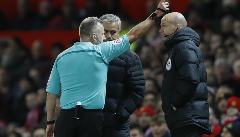 KARANTENE: José Mourinho må se kveldens ligacupkamp mot West Ham fra tribunen etter at han ble sendt på tribunen av dommer Jonathan Moss i helgens Premier League-kamp mot samme lag. Foto: Reuters