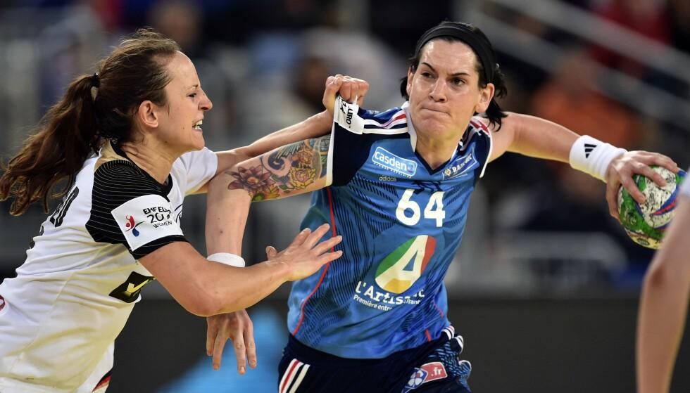KONTROVERS: EM-spillerne får ikke GPS-brikker på seg i håndballmesterskapet i Sverige. Men mållinjeteknologi skal hjelpe dommerne.  Dette bildet er fra omdiskutert kamp mellom Frankrike og Tyskland i 2014. Foto:AFP PHOTO / ANDREJ ISAKOVIC