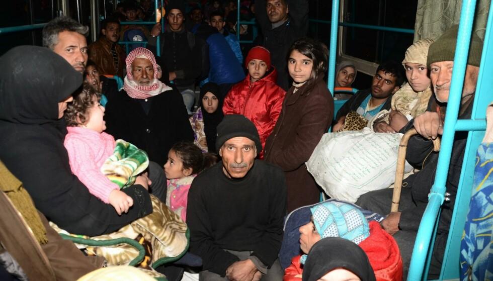 EVAKUERES: Syriske familier fra ulike distrikter i det østlige Aleppo, som har vært kontrollert av opprørsstyrker, ble evakuert i går. Syriske regjeringsstyrker tar over stadig større områder av Aleppo. Tusenvis av sivile har flyktet. Foto: George Ourfalian / Afp / Scanpix