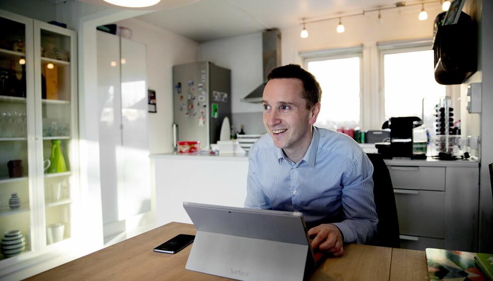 I KJENT POSITUR: Sjakkprofil Torstein Bae kombinerer jobb som NRK-ekspert med administrative oppgaver som sjef i advokatfirmaet Legalis fra kjøkkenbordet hjemme i Oslo. Foto: Bjørn Langsem/Dagbladet