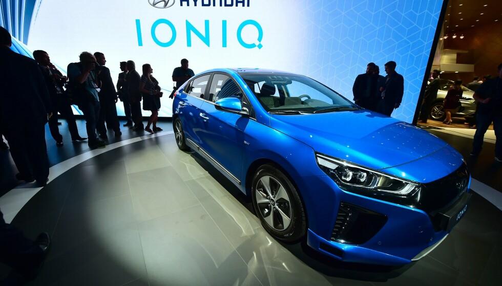 ÅRETS BIL 2017: Juryen har kåret Hyundai Ioniq til Årets Bil 2017. Juryen legger blant annet sin elsk på at denkommer itre forskjellige utgaver: Som hybrid, ladbar hybridog ren elbil. Et konseptsom treffer veldig godt herhjemme på berget. Foto: Frederic J. Brown / AFP / NTB Scanpix