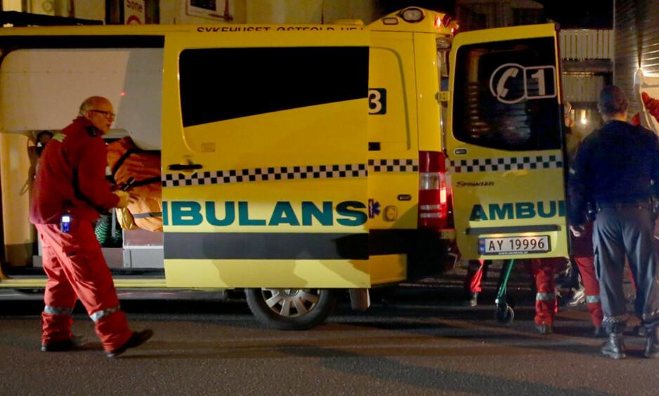 KRITISK SKADD: Ambulanse kom raskt til stedet der en person ble knivstukket og kritisk skadd på Jeløy i Moss mandag kveld. Foto: Tor Aage Hansen / NTB Scanpix