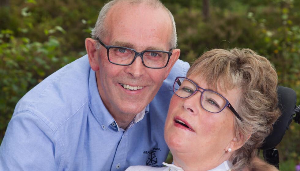 MANGE MINNER: Randi Moseid Simonsen(63) har den uhelbredeligemuskelsykdommen ALS,amyotrofisk lateralsklerose.Nå lever hun og ektemannenSteinar på de mange og gode minnene fra et langt livsammen. Foto: Svend Aage Madsen og privat