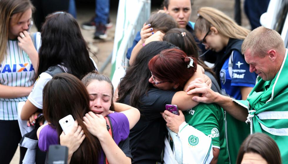 SØRGER: Alle som var glad i fotballklubben Chapecoense sørger utenfor Arena Conda stadion i Chapeco. Foto: REUTERS/Paulo Whitaker