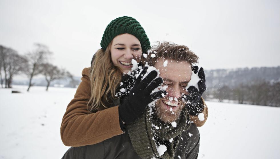 Tid for snø: Det er ikke bare de gode snøballkrigene som skaper et godt forhold, ofte hjelper det å være gode venner, ha lignende verdier og samme humor, ifølge professor i psykologi, Frode Thuen. Foto: NTB Scanpix