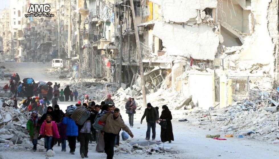 PÅ FLUKT: Siden helga har rundt 16 000 mennesker flyktet fra bydeler i Øst-Aleppo, hvor kampene har vært voldsomme de siste ukene. Øst-Aleppo har vært beleiret siden juli måned, og menneskene i de opposisjonskontrollerte områdene har gjennomlevd forferdelige måneder. Flere flykter at enda mer død og elendighet vil skje de nærmeste ukene, da Syrias president Bashar al-Assad og hans regime er fast bestemt på å få kontrollen over hele Aleppo. Koste hva det koste vil . I dag holder FN krisemøte om Aleppo. Foto: Epa / Scanpix