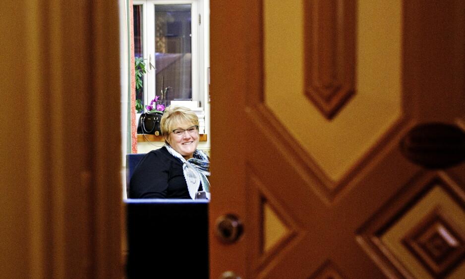 PÅ KONTORET: Venstre-leder Trine Skei Grande smiler på sitt kontor, til tross for at Venstre har brutt budsjettforhandlingene. Foto: Nina Hansen / Dagbladet