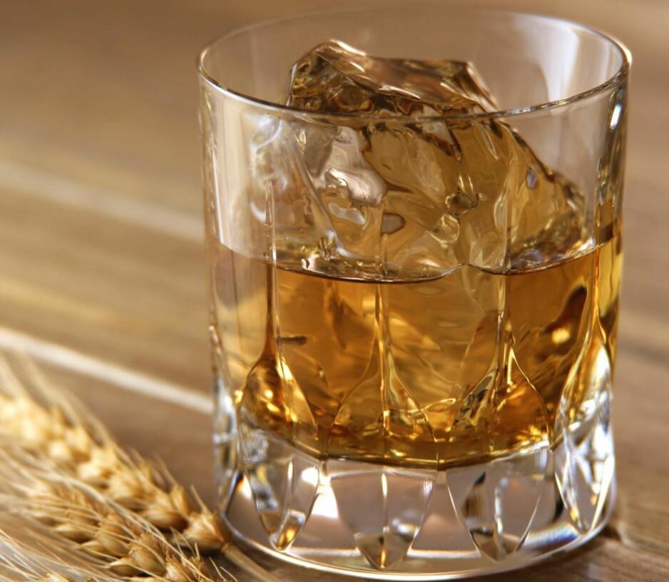 ON THE ROCKS: Japansk single malt whiskyer begynte å hevde seg og vant internasjonale konkurranser mot skotske destillerier på 2000-tallet. Foto: MIXA / NTB SCANPIX
