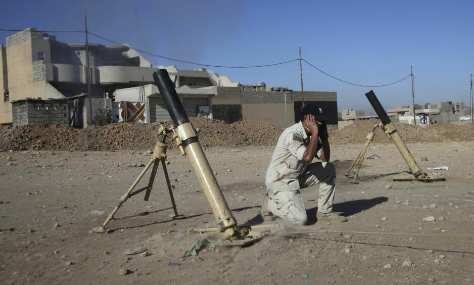 PÅ VEI MOT MÅLET: En irakisk soldat fyrer av en granat mot en IS-posisjon i Mosul. Det er ikke alltid angriperne vet hvor bomber, raketter og granater slår ned eller om det befinner seg sivile i nedslagsområdet. Foto: AP/Scanpix-NTB
