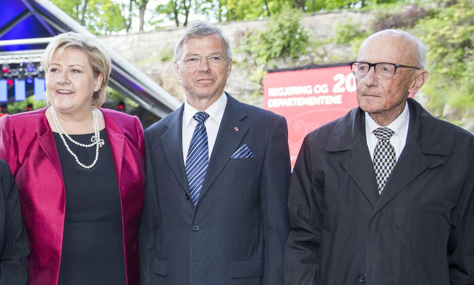 Måtte gå av: Kjell Magne Bondevik og Kåre Willoch er de to eneste statsministrene som har måttet gå av etter kabinettspørsmål siden krigen. Nå kan det i verste fall skje igjen med statsminister Erna Solberg. Her er de tre sammen under regjeringen og departementenes feiring av sitt 200-årsjubileum i 2014. Foto: Heiko Junge / NTB scanpix
