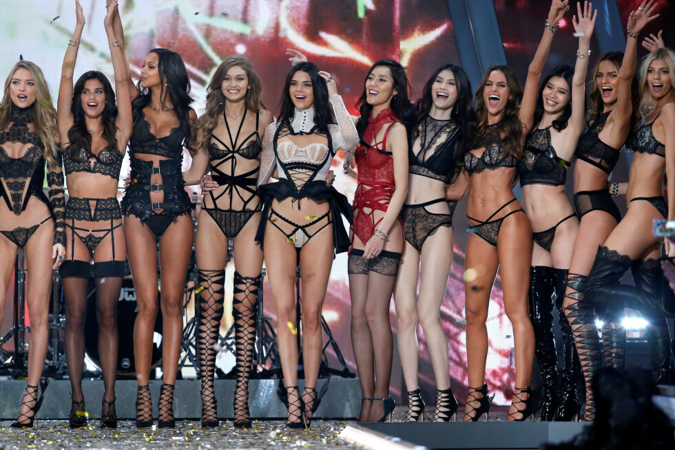 Models including Kendall Jenner, Izabel Goulart and Barbara Fialho celebrate at the end of the 2016 Victoria's Secret Fashion Show at the Grand Palais in Paris, France, November 30, 2016.  REUTERS/Charles Platiau   FOR EDITORIAL USE ONLY. NOT FOR SALE FOR MARKETING OR ADVERTISING CAMPAIGNS