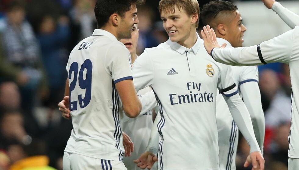 PÅ BENKEN: Martin Ødegaard, her sammen med Enzo Zidane, startet mot Cultural Leonesa i forrige cuprunde. I dag ser han kampen sittende - på Real Madrids innbytterbenk sammen med blant andre Foto: NTB Scanpix