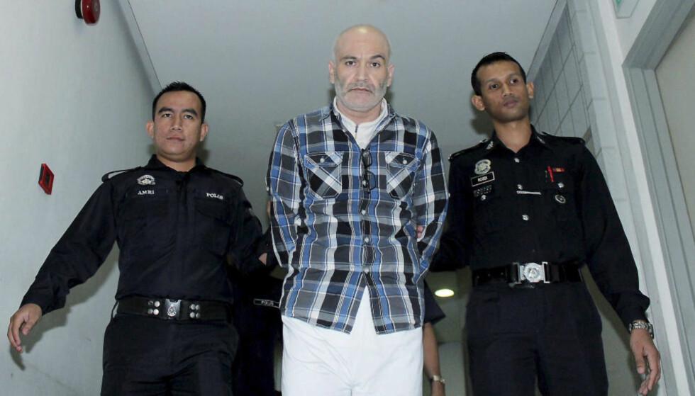 Dødsdømt: Ferry Linnbark fra Sverige ble dømt til døden i Malaysia etter at det ble funnet 4,3 kilo amfetamin i et hemmelig rom i bagen hans. Her går han ut fra domstolen i Kuala Lumpur i 2013. Foto: AP / NTB SCANPIX