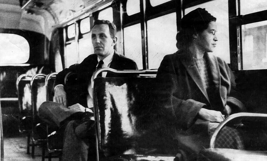 NEKTET Å FLYTTE SEG: For 61 år siden i dag, 1. desember 1955, gjorde Rosa Parks det uhørte: Hun nektet å flytte seg og avgi setet sitt til en hvit person. Her et udatert bilde av Rosa Parks om bord en buss i Montgomery, samme by hvor hun ble arrestert for å ikke flytte seg. Foto: AP Photo / NTB Scanpix