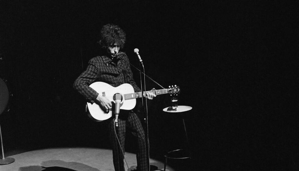 SANGPOETEN: Bob Dylan på Olympia Theater i Paris, 24. mai 1966, den dagen han fylte 25 år. Jan Erik Vold har fulgt Dylan tett i over 50 år og skriver i dag om hvorfor artisten fra Minnesota er den sangpoeten som virkelig fortjener litteraturpisen fra Svenska Akademien.