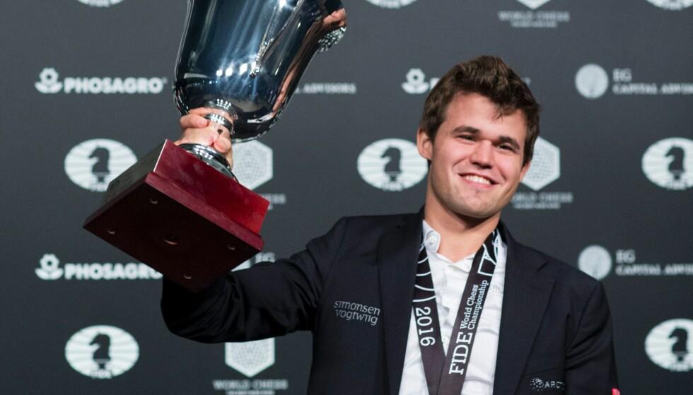 TIL NORGE NESTE GANG? Magnus Carlsen og sjakk-VM-sirkuset. Foto: NTB Scanpix/ AFP / Eduardo Munoz Alvarez