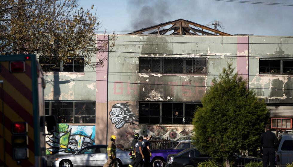 BRANN RAMMET DANSEFEST: Minst ni døde er funnet etter denne brannen i et kunstnerkollektiv i Oakland, og politiet frykter dødstallet kan komme opp i 40. Brannen brøt ut under en dansefest sent fredag, amerikansk tid. Foto: REUTERS/Stephen Lam