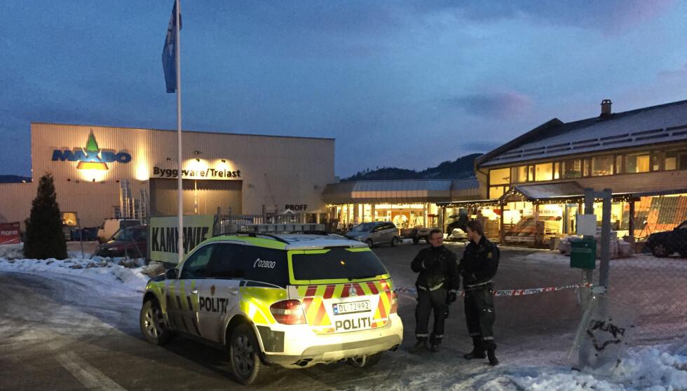 ÉN DREPT: En 42 år gammel mann ble lørdag drept på Maxbo i Notodden. Politiets patrulje var der 23 minutter etter meldingen kom inn. Manne ble pågrepet av politifolk som egentlig hadde fri, mens brannvesenet var på stedet før det. Foto: Kjell Aulie / Dagbladet