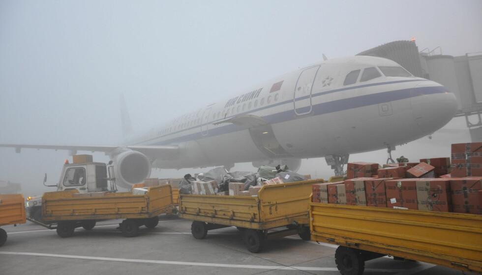 TÅKEFAST: 20 000 passasjerer er rammet av det som skal være den verste tåka på mange år. Foto: Sipausa / NTB Scanpix