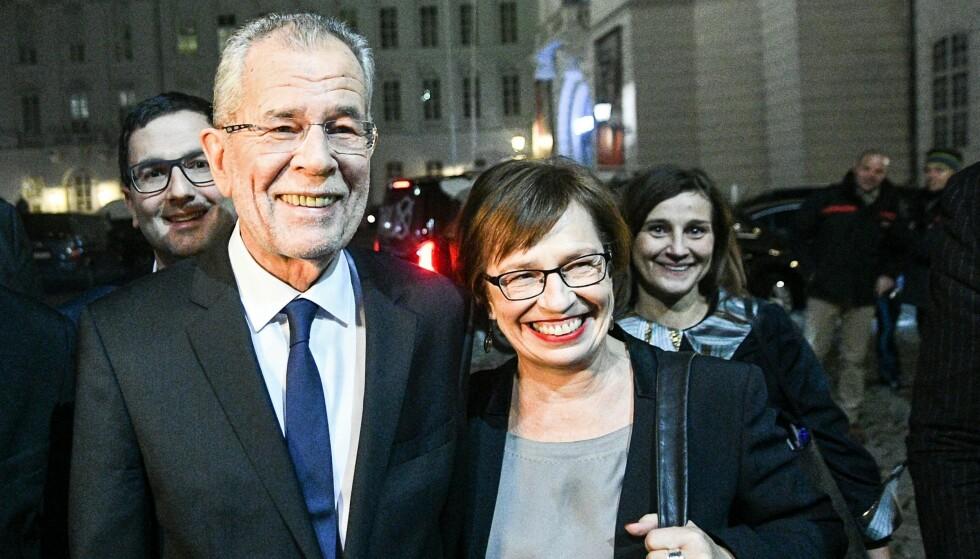 ET LETTELSENS SUKK: Østerrikes nye president Alexander Van der Bellen og kona Doris Schmidauer, da de stemte i Wien idag. Foto: EPA/CHRISTIAN BRUNA/NTB/Scanpix